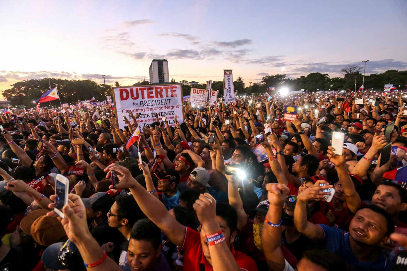 FESTIVE ATMOSPHERE. The mammoth crowd at the Duterte-Cayetano miting de avance shows love for the candidates.  Photo by Manman Dejeto/Rappler
