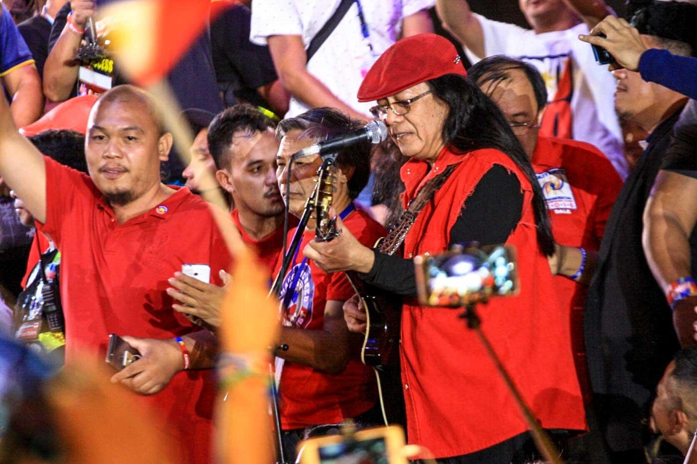 DUTERTE BELIEVER. Artist Freddie Aguilar sings his song, 'Duterte Para Sa Tunay na Pagbabago.' Photo by Manman Dejeto/Rappler