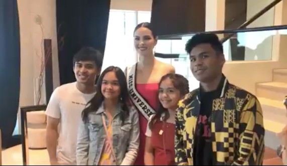 Catriona poses with the 4 kids of Manny Pacquiao inside his suite in a Las Vegas hotel. Screenshot from Instagram/@queencatelle
