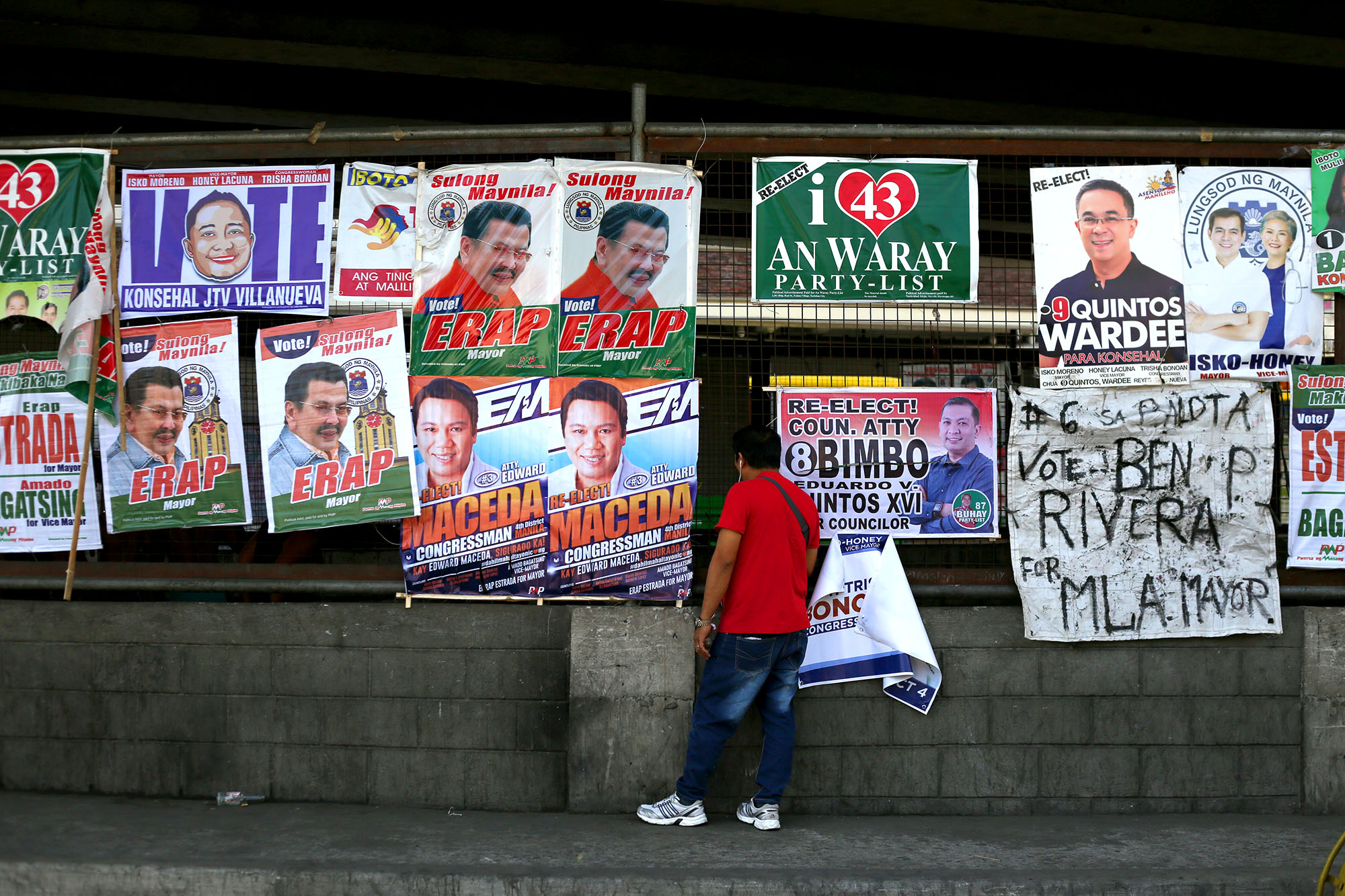 HOT RACES. Campaign posters fill the steel fence under Legarda flyover in Manila on April 10, 2019. Photo by Inoue Jaena/Rappler