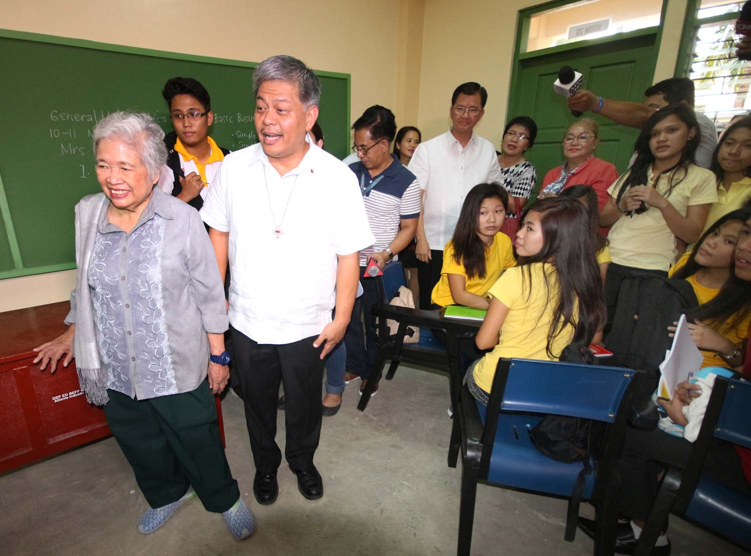 OUTGOING AND INCOMING. Education Secretary Armin Luistro and his successor Leonor Briones visit the senior high school building and students at the Commonwealth High School in Quezon City on June 13, 2016. Photo by Joel Liporada/Rappler
