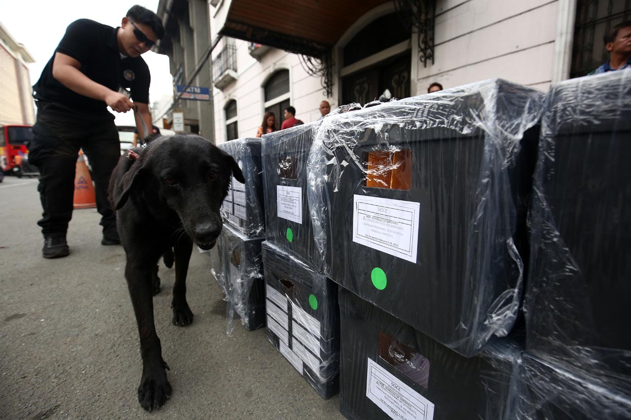 ROXAS SOCE. A K9 unit inspects the boxes making up the delayed Statement of Contributions and Expenditures of defeated presidential bet Manuel 'Mar' Roxas II on June 22, 2016. File photo by Ben Nabong/Rappler