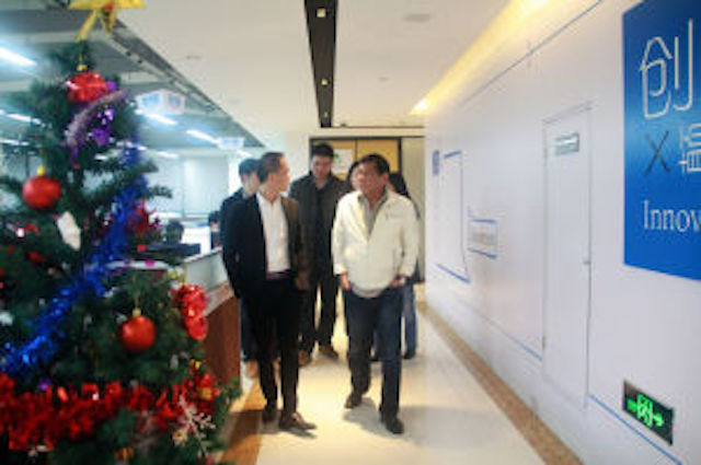 VISIT. Rodrigo Duterte is toured around Fu De Sheng's office by its chairman Michael Yang. Photo from huadupress.net