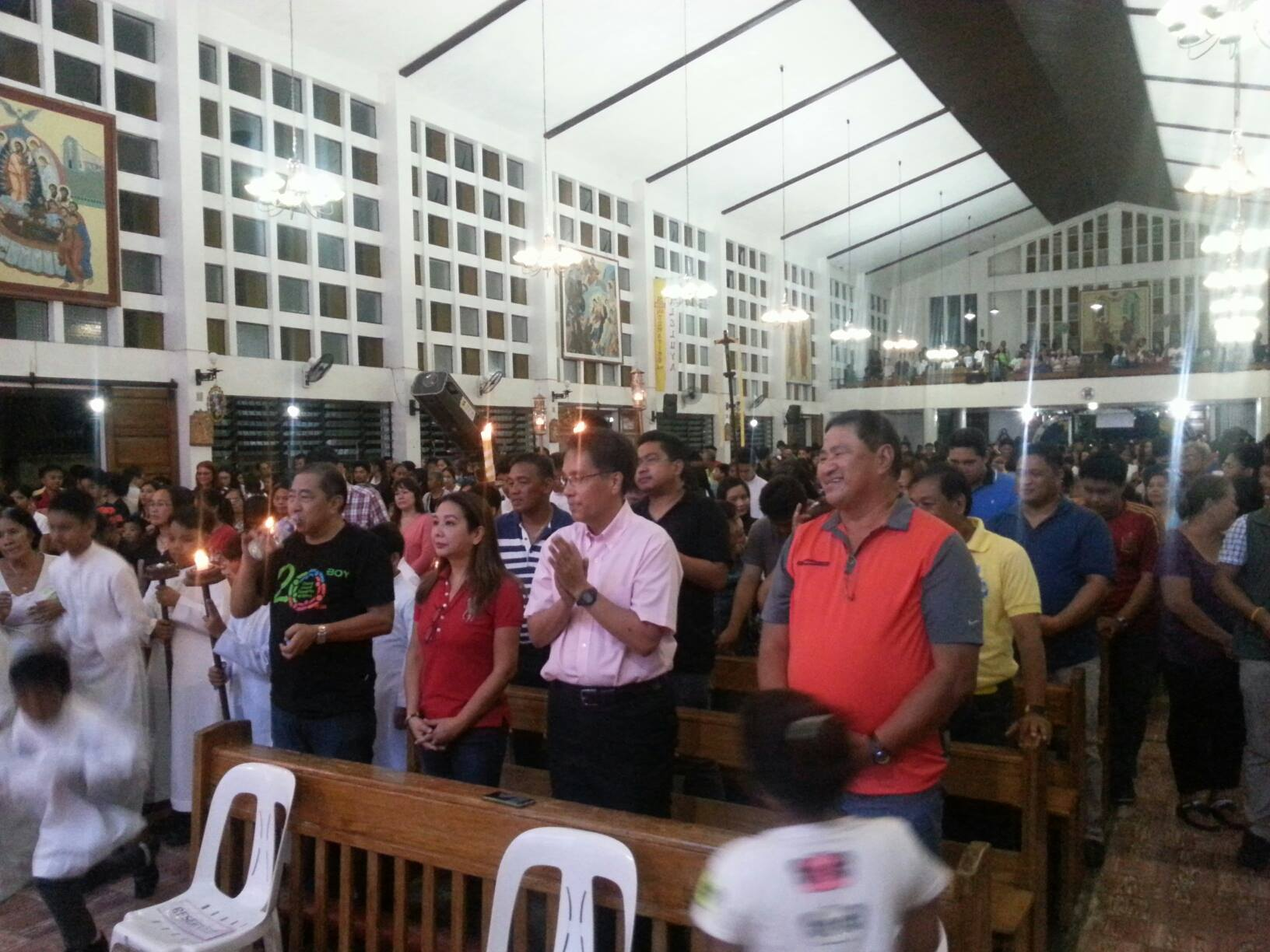 CHRISTMAS EVE MASS. Roxas and his wife are also joined by the Umalis of Oriental Mindoro. Photo courtesy of Dindo Melaya