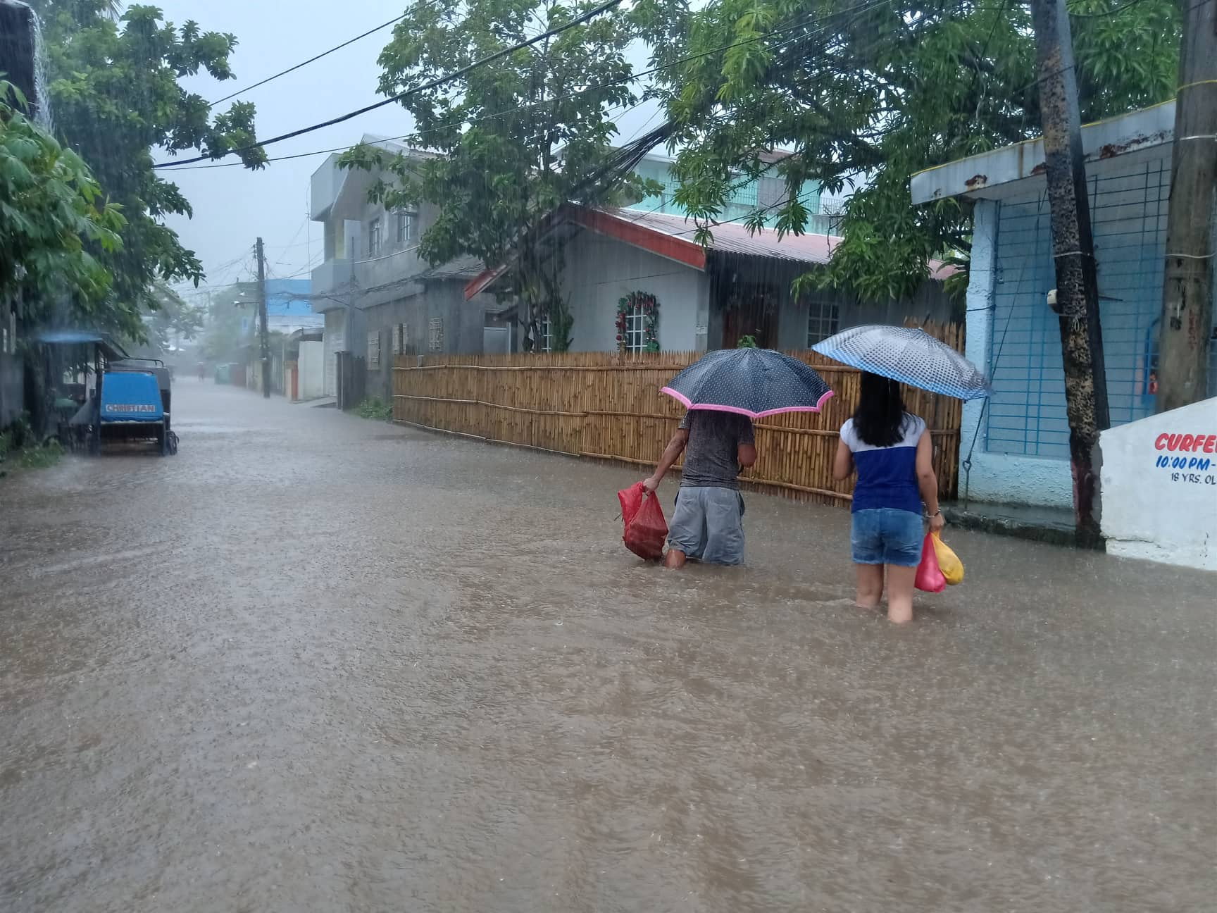 CHRISTMAS FLOOD. The combined effects of Tropical Depression Usman and the Amihan has triggered thunderstorms and caused flooding in Legazpi City. Photo by Rhaydz Barcia/Rappler