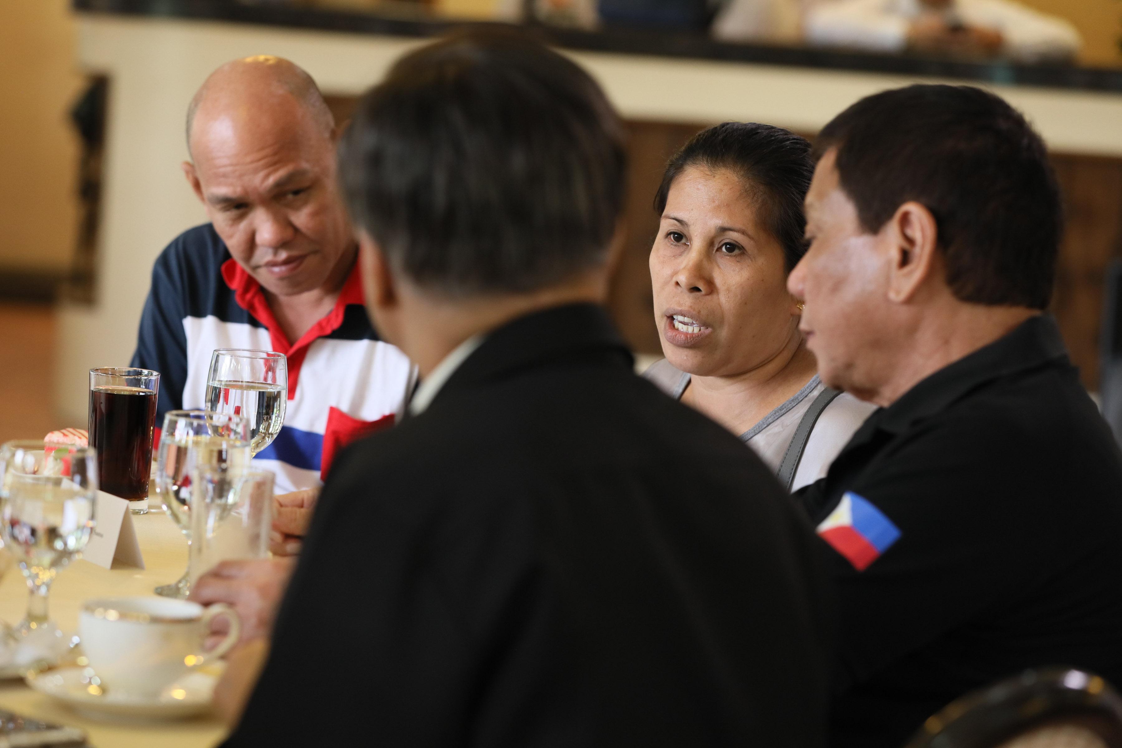 REMEMBERING KIAN. President Rodrigo Duterte speaks with Saldy and Lorenza delos Santos, parents of teenager Kian delos Santos who was killed during a drug raid. Malacau00f1ang photo
