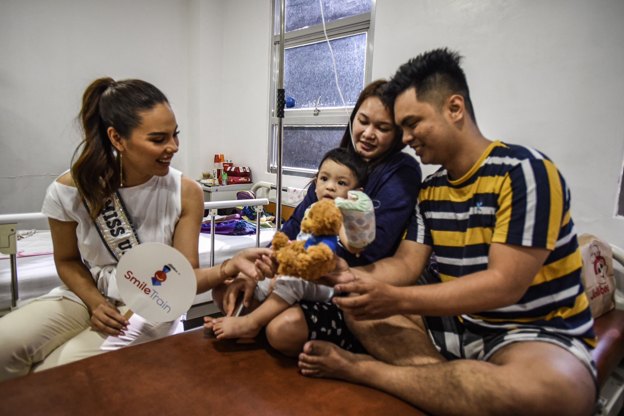 HOPE. Reigning Miss Universe Catriona Gray visits the Philippine Band of Mercy Medical Facility in Quezon City. Photo by Maria Tan/Rappler