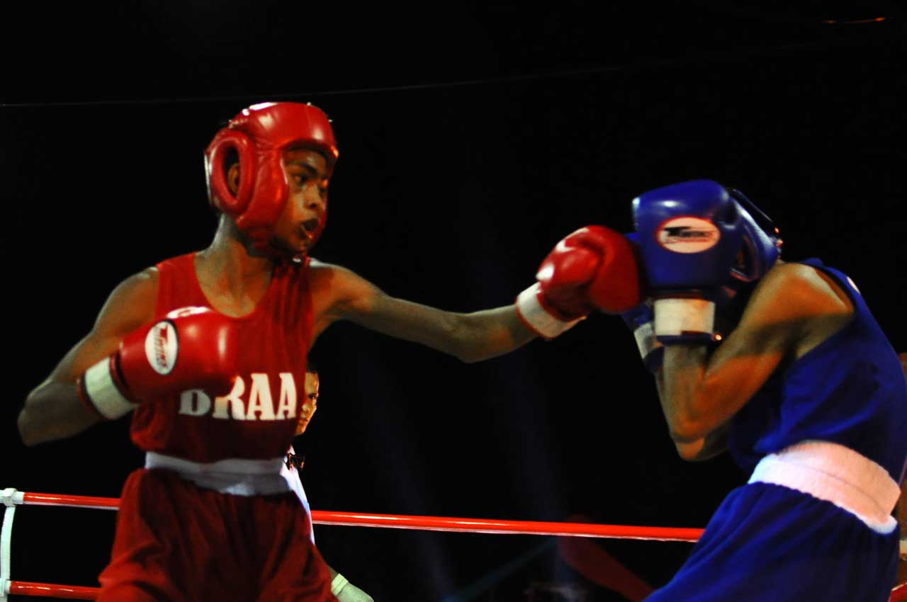BOXING. Loid Llona from Bicol Region (in red) defeats Mark Rea from Calabarzon (in blue) in the 46-kg category. Photo by Roy Secretario/Rappler