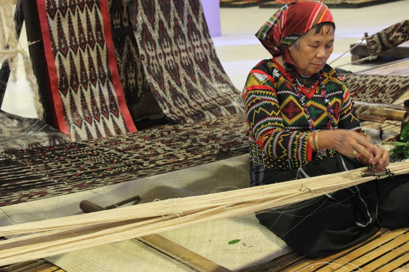 INDIGENOUS WEAVES. The Ikat Master Weavers exhibit boasts colorful indigenous textiles, with weaving demonstrations by some cultural masters like this T'boli dreamweaver. Photo by Faith Yangyang/NCCA