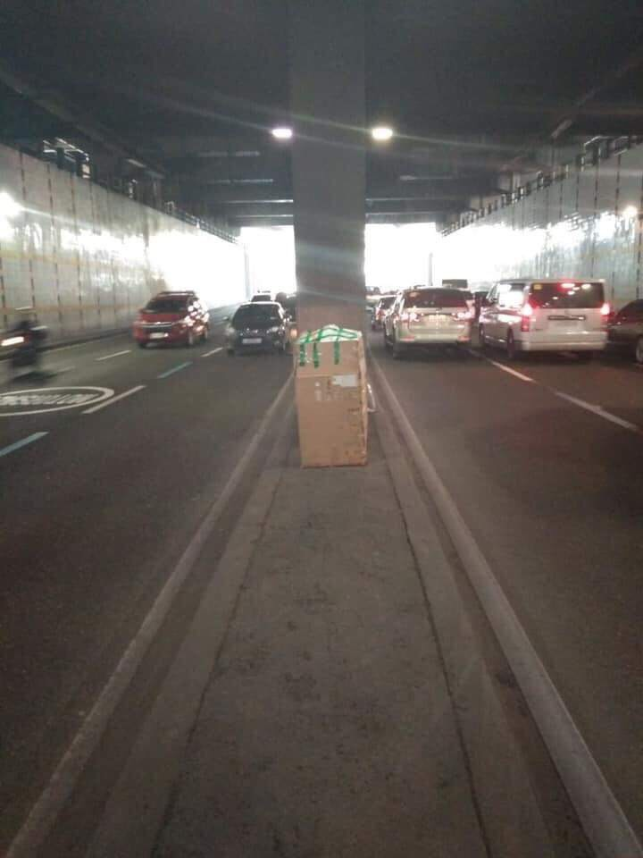 CLEARED. Motorists are allowed to pass through the inner lanes of the EDSA-Shaw  underpass after cops found only styrofoam in the box. Photo from MMDA