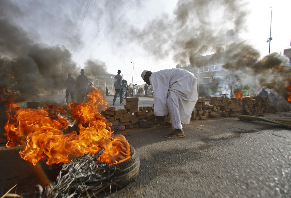 VIOLENCE. Sudanese protesters close Street 60 with burning tyres and pavers as military forces tried to disperse a sit-in outside Khartoum's army headquarters on June 3, 2019. Photo by Ashraf Shazly/AFP