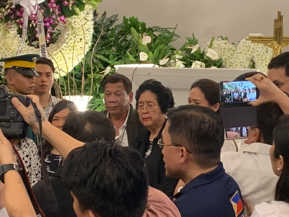 DROOPING EYELID. President Duterte poses with Pimentel family members at the wake of Nene Pimentel. Photo by Aika Rey/Rappler