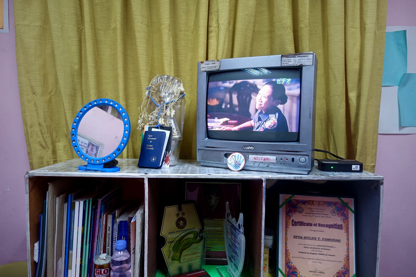 ENTERTAINMENT READY. The pink room inside the Anonas police station has a television to keep waiting children occupied. Photo by Rambo Talabong/Rappler