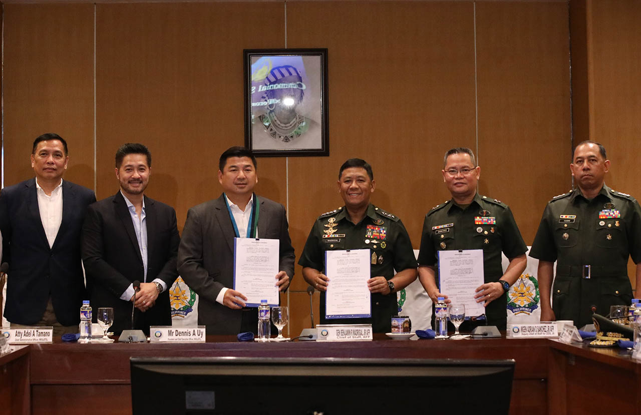 DENNIS UY AND THE TOP BRASS. Military chief Gen. Benjamin Madrigal Jr. (3rd-right), Mislatel president and CEO Dennis Uy (3rd-left), Maj. Gen. Adrian Sanchez (2nd-right) and Mislatel chief administrative officer Adel Tamayo (2nd-right) lead the signing on Wednesday, Sept. 11, 2019. Photo by Darren Langit/Rappler