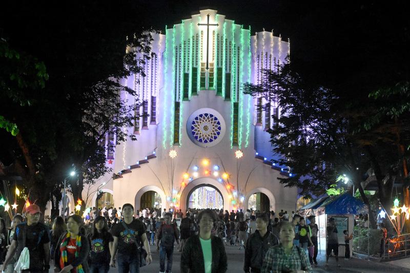 SIMBANG GABI. Baclaran Church is among hundreds of churches welcoming Catholics for the 9 days of Simbang Gabi this year. Photo by Angie de Silva/Rappler