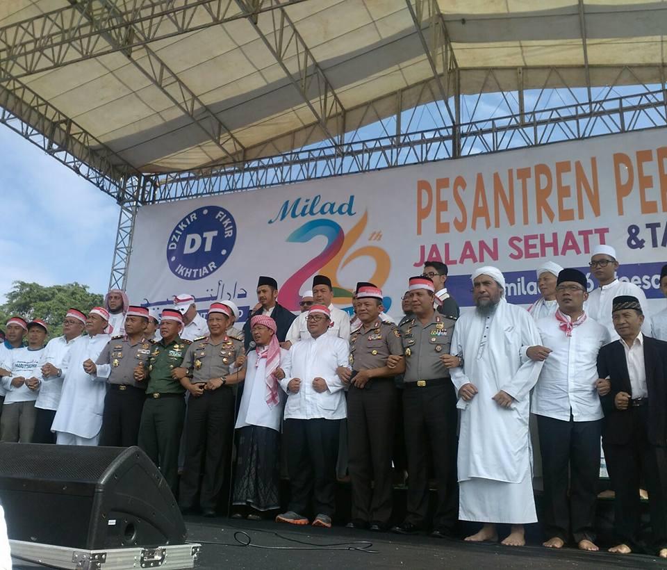 Sejumlah tokoh nasional menghadiri peringatan Maulid Daarut Tauhiid ke-26 di Bandung, Jawa Barat, pada 12 Desember 2016. Foto dari Facebook/KH.Abdullah.Gymnastiar
