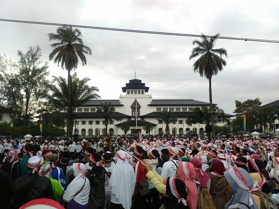 Puluhan ribu warga menghadiri peringatan Maulid Daarut Tauhiid ke-26 di Lapangan Gasibu Bandung, Jawa Barat, pada 12 Desember 2016. Foto dari Facebook/KH.Abdullah.Gymnastiar