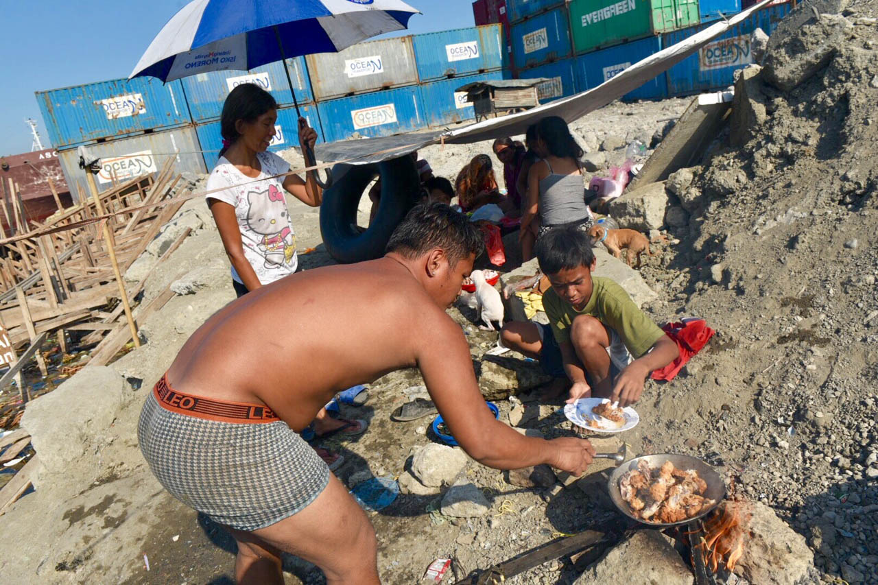 Families from Happyland, Tondo, spend Easter with a picnic along the docks of Manila Bay on April 21, 2019. Photo by LeAnne Jazul/Rappler
