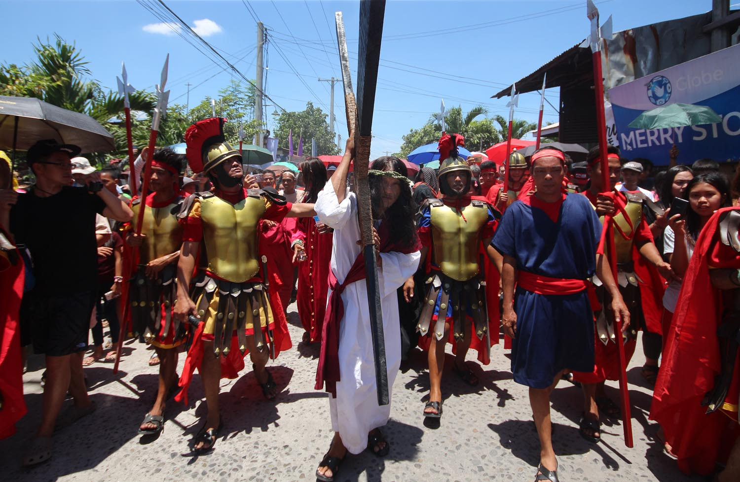 WAY OF THE CROSS. Ruben Enaje carries his cross to the crucifixion site. Photo by Darren Langit