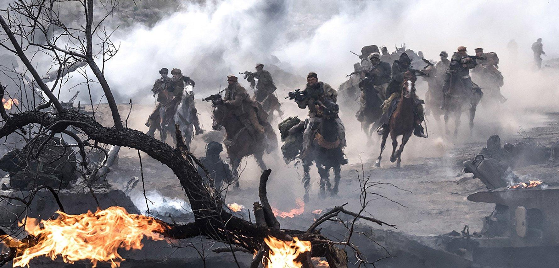 Pasukan berkuda menyerang markas Taliban. Foto dari Warner Bros Pictures