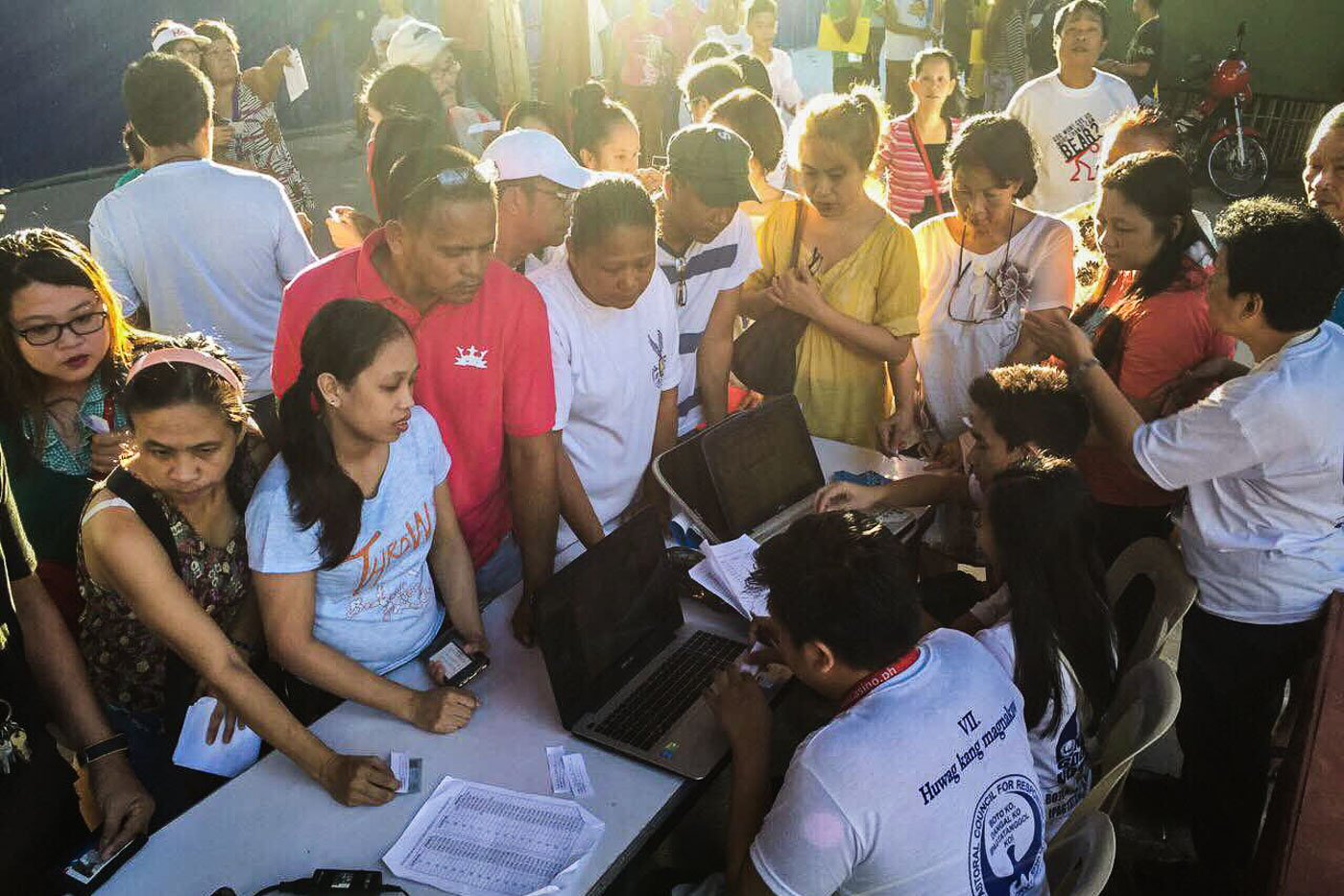 VOTERS. Early morning voters line up at the Bagumbayan Elementary School during the 2016 elections. Photo by Pat Nabong/Rappler