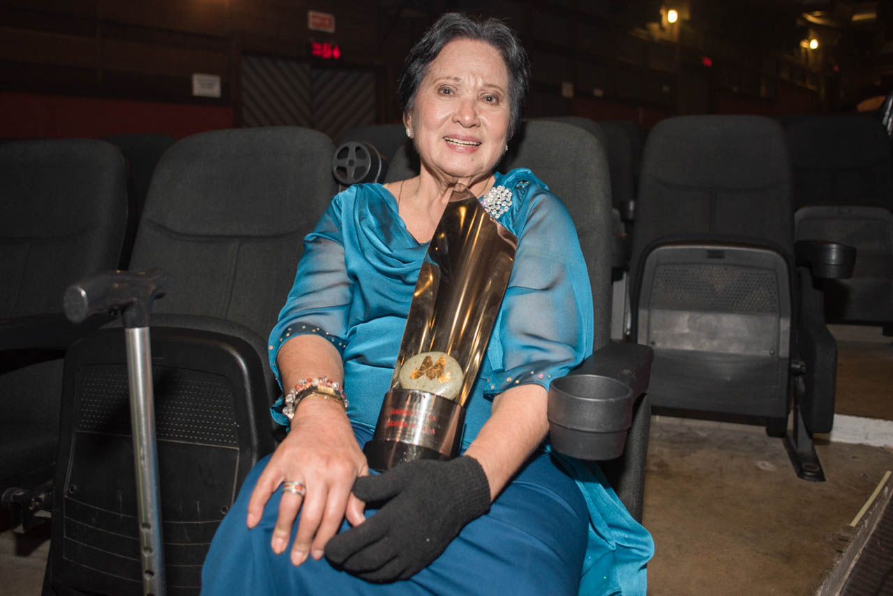 LIFETIME ACHIEVEMENT AWARD. Gloria Sevilla holds her trophy from the Gawad Urian for her contribution to Philippine Cinema. Photo by Rob Reyes/Rappler