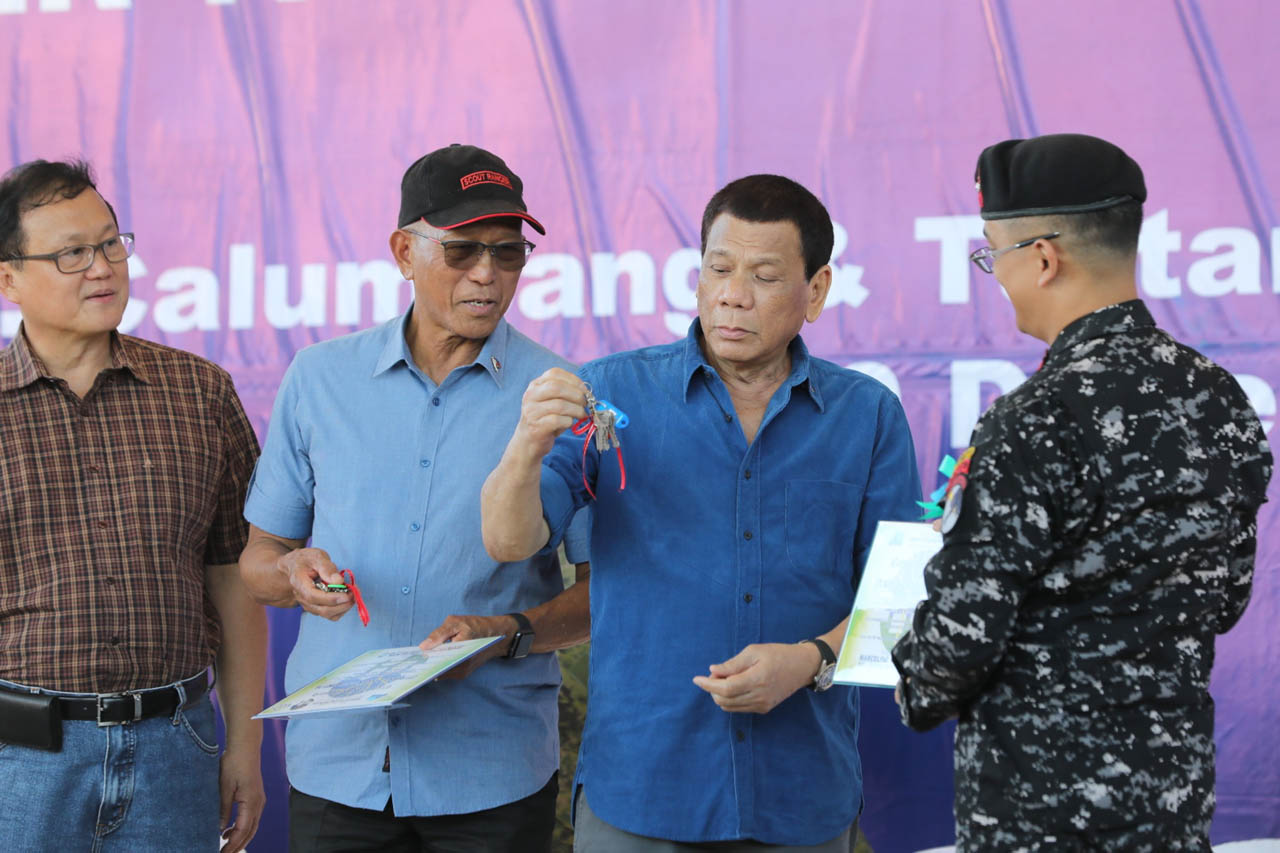 TOP ADVISERS. Former military generals Eduardo del Rosario (left) and Delfin Lorenzana are in President Rodrigo Duterte's Cabinet. Malacau00f1ang photo