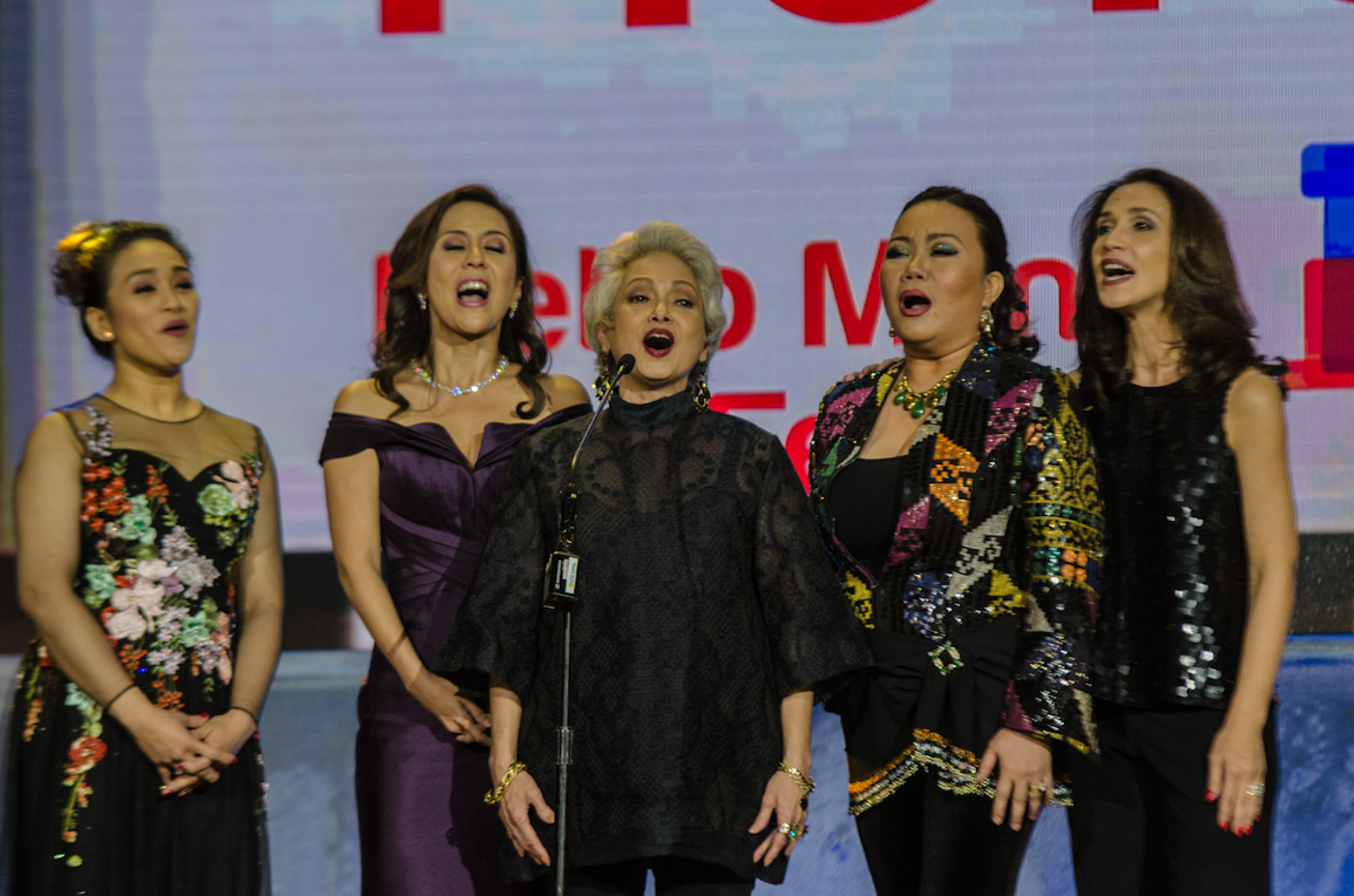 WORTH IT. Joanna joins Rachel Alejandro, Dulce, Celeste Legaspi, and Menchu Lauchengo-Yulo in a short song after winning Best Picture for the movie