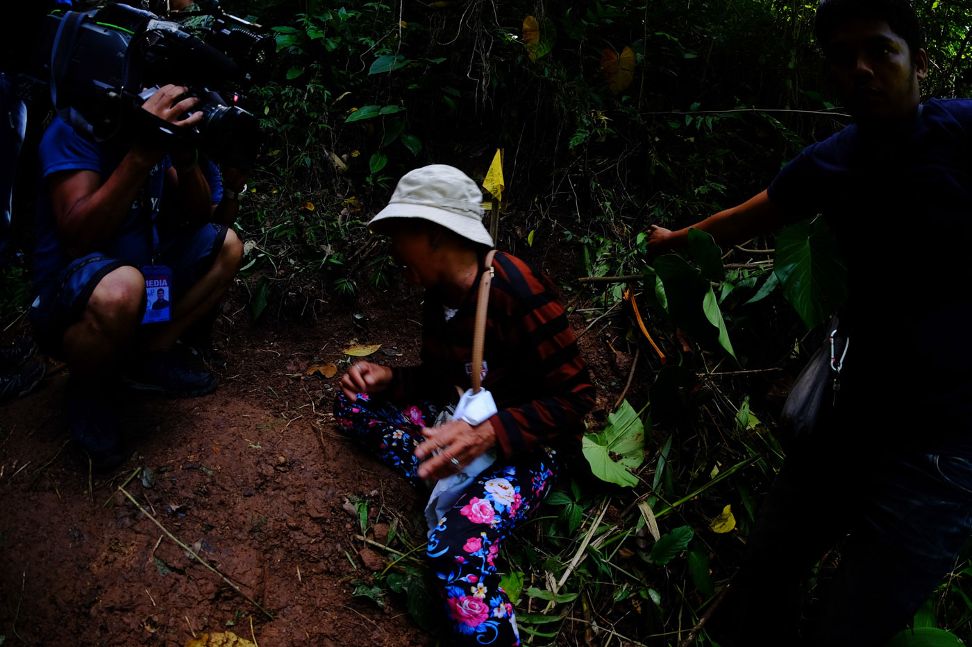 MOTHER'S GRIEF. Anna Habana breaks down after seeing the grave of her son, tribal chieftain Datu Silang Dionesio Habana. Photo by Bobby Lagsa/Rappler