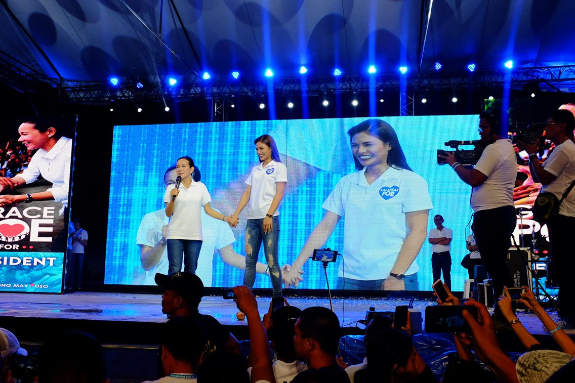 FPJ'S DAUGHTERS. Actress Lovi Poe makes a surprise appearance at her older sister Grace's campaign rally in Cagayan de Oro on April 20, 2016. Photo by Bobby Lagsa/Rappler