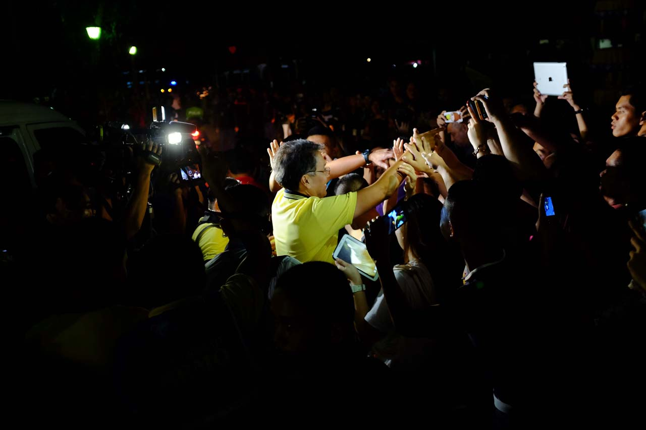 ON THE OFFENSIVE. Mar Roxas greets supporters in Cagayan de Oro City on February 21. File photo by Bobby Lagsa/Rappler