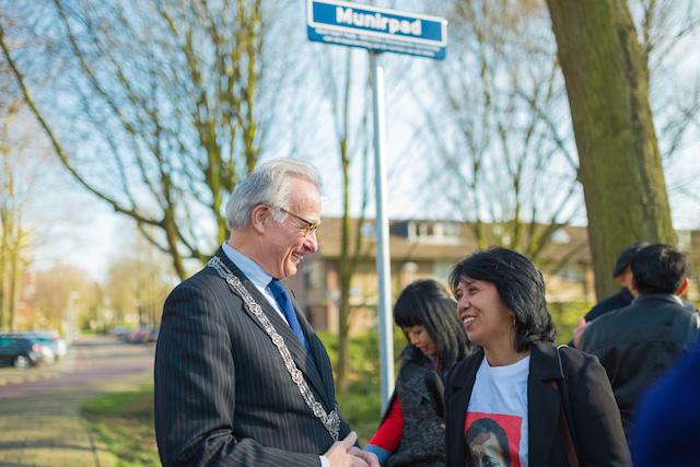 Suciwati Munir berbincang dengan Walikota Den Haag, Joziaas Van Aartsen, usai peresmian Munirpad