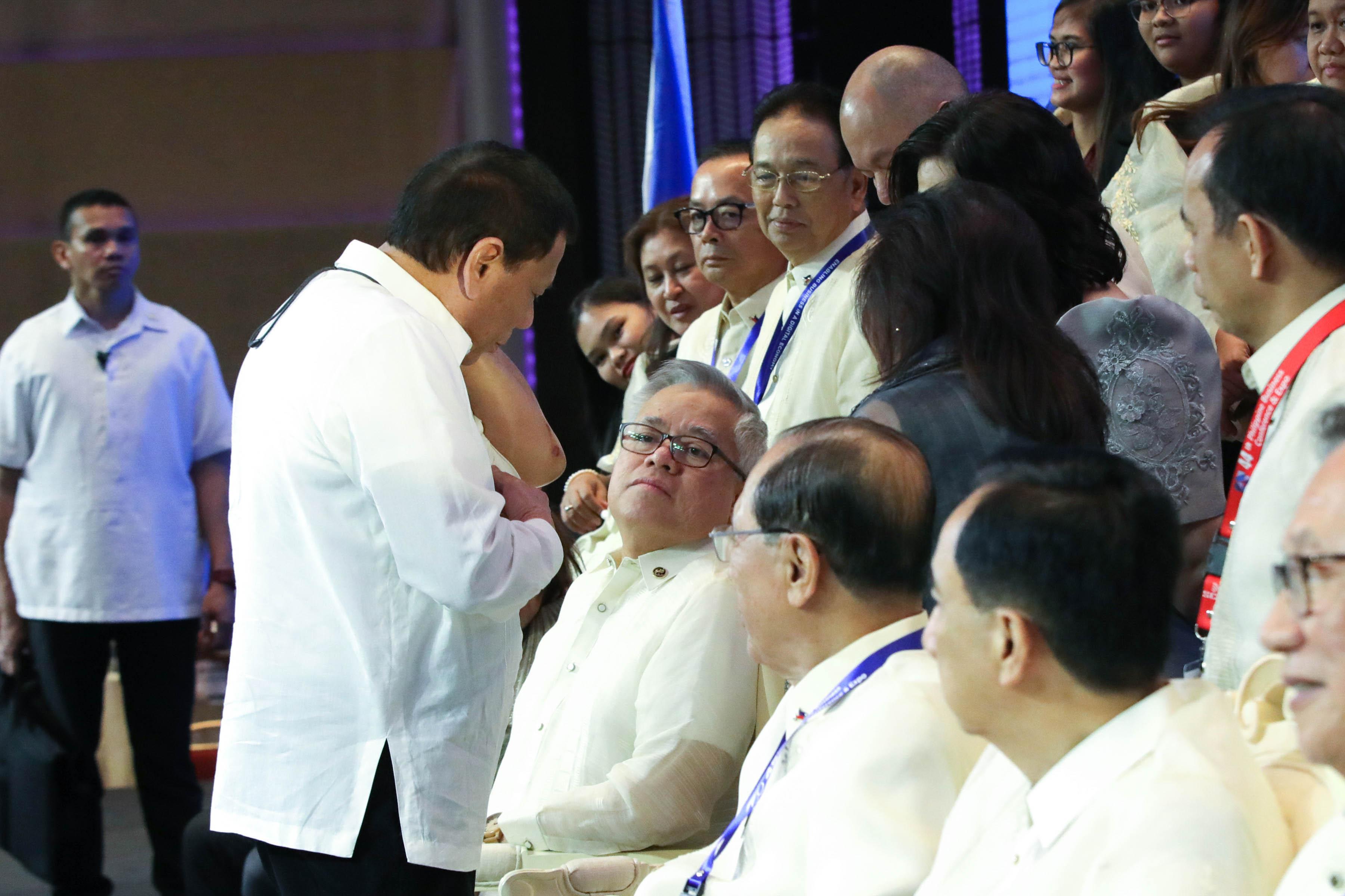 MISHAP. President Duterte shows more people his wound. Malacau00f1ang photo
