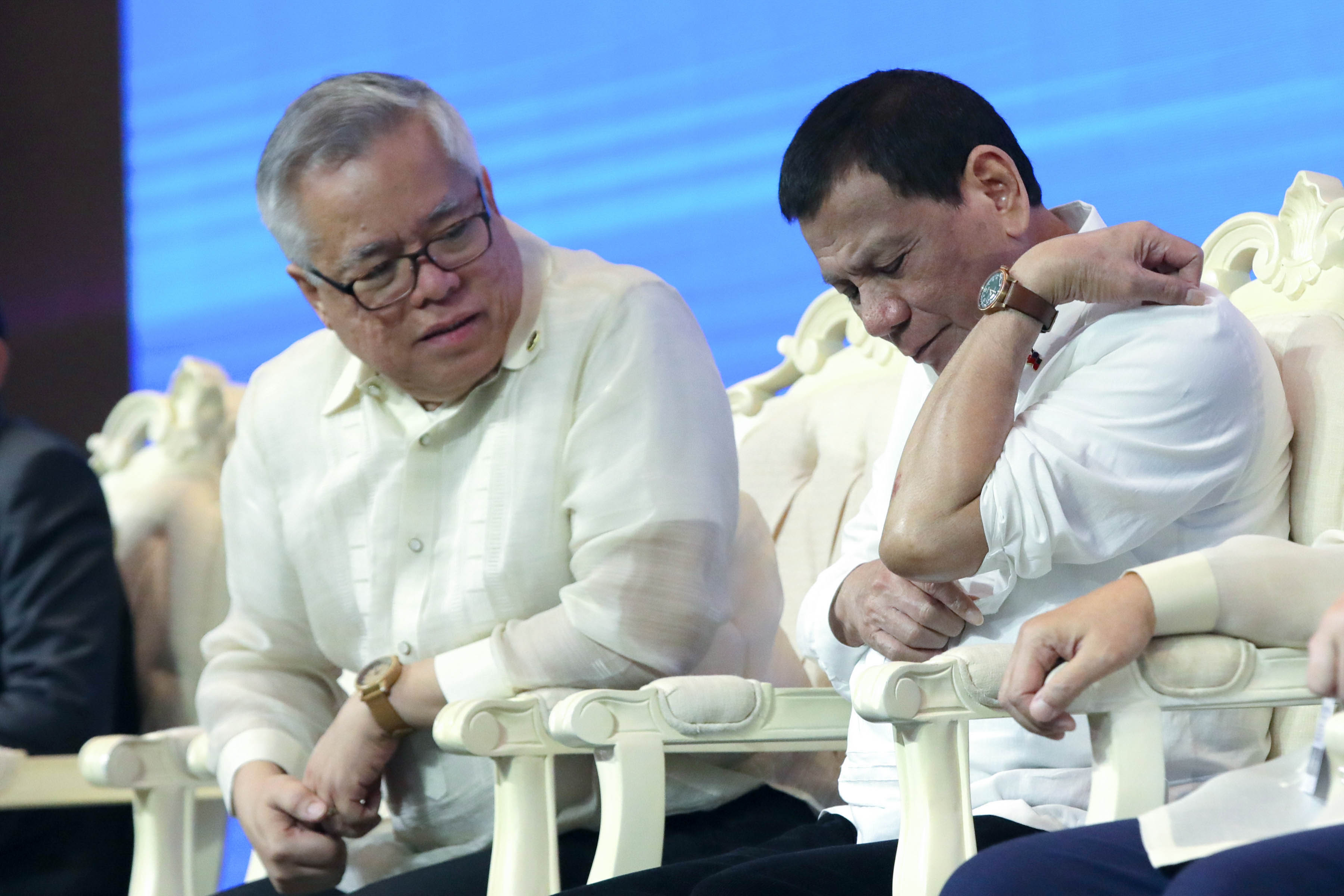 WOUND. President Duterte shows Trade Secretary Ramon Lopez a wound on his left arm. Malacau00f1ang photo