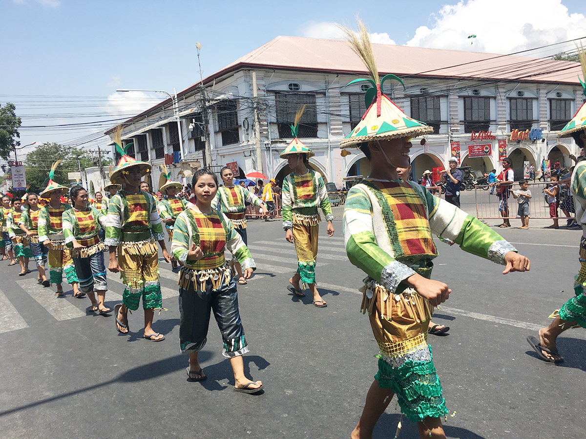 DAVAOEu00d1OS. Athletes from Davao show off their traditional attire
