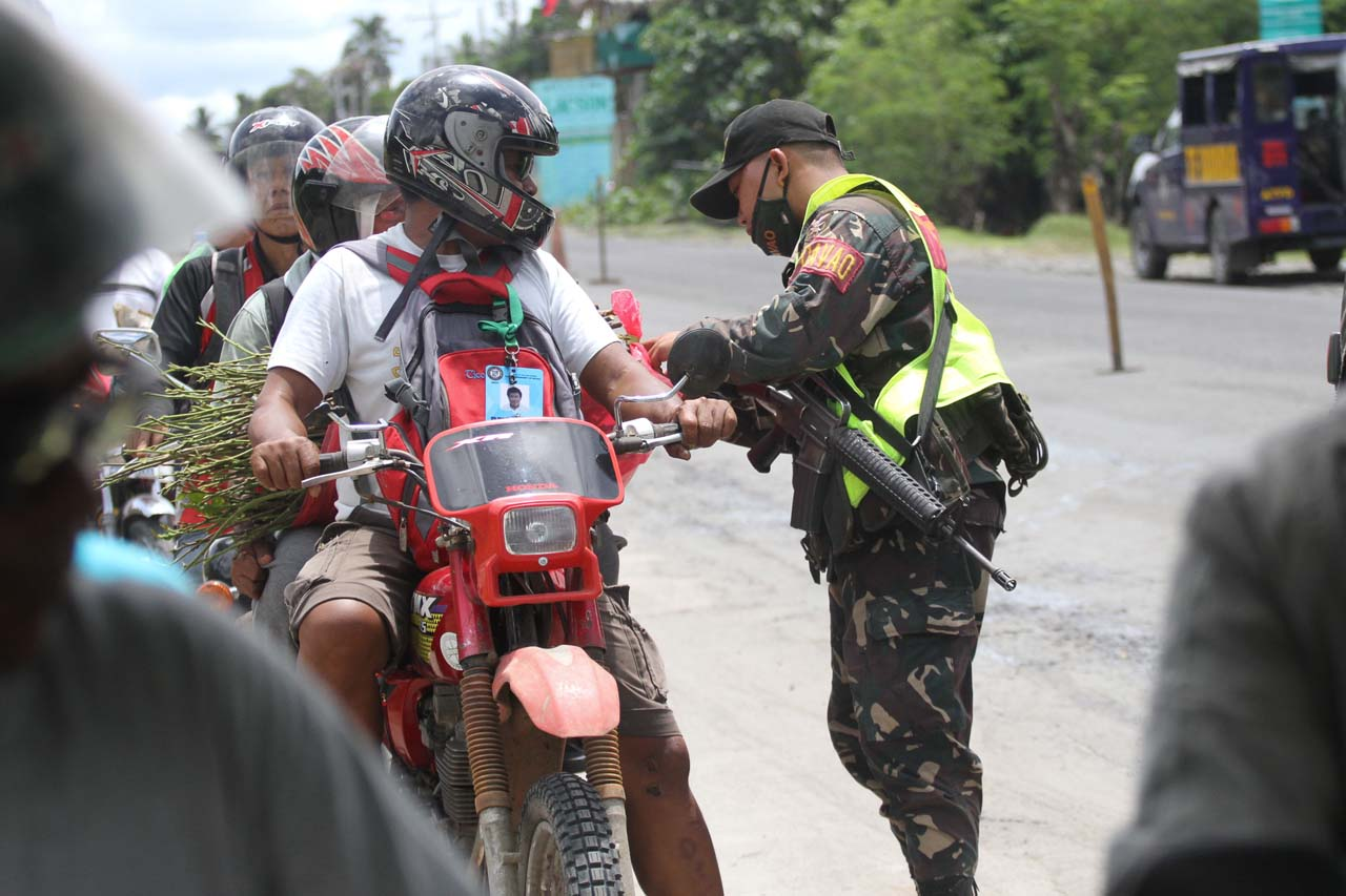 SECURITY CHECK. Task Force Davao troops conduct security inspections at checkpoints in the city. Photo by Manman Dejeto/Rappler