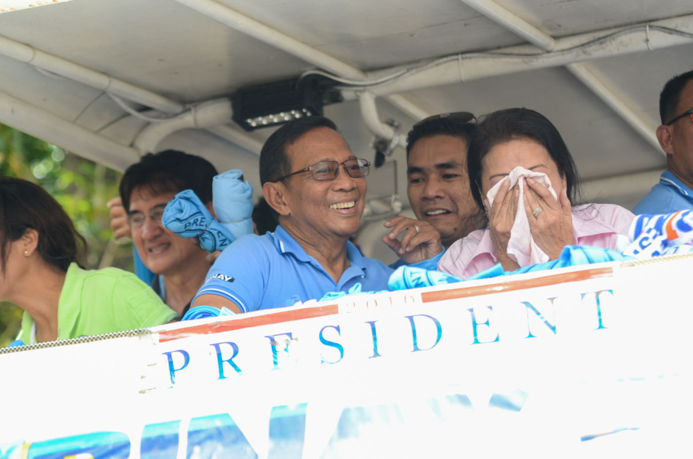 STILL SMILING. Binay flashes a smile even after spending hours on a motorcade around Nueva Ecija. Photo by Alecs Ongcal/Rappler