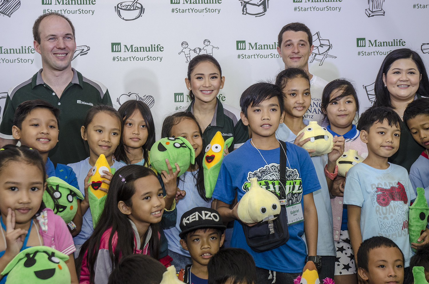 Sarah with the Manulife staff and kids from Gawad Kalinga during the charity event at the Museo Pambata. Photo by Rob Reyes/Rappler