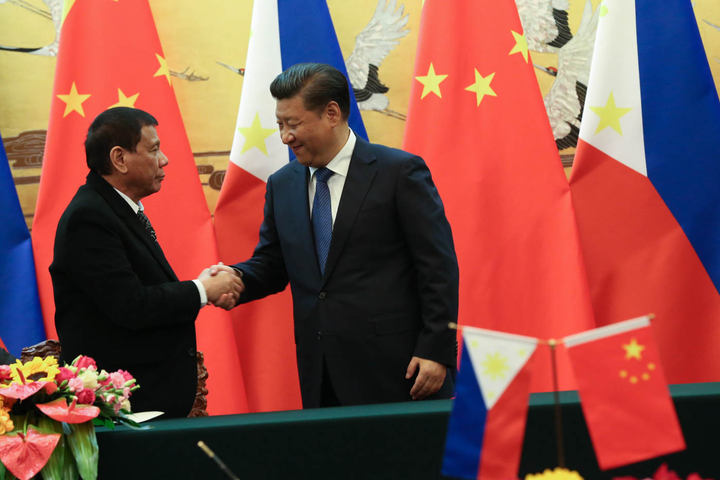 MEETING IN CHINA. Philippine President Rodrigo Duterte shakes hands with his Chinese counterpart Xi Jinping after they witness the signing of documents on cooperation in trade, agriculture, tourism, maritime security, and infrastructure. Photo by Toto Lozano/PPD