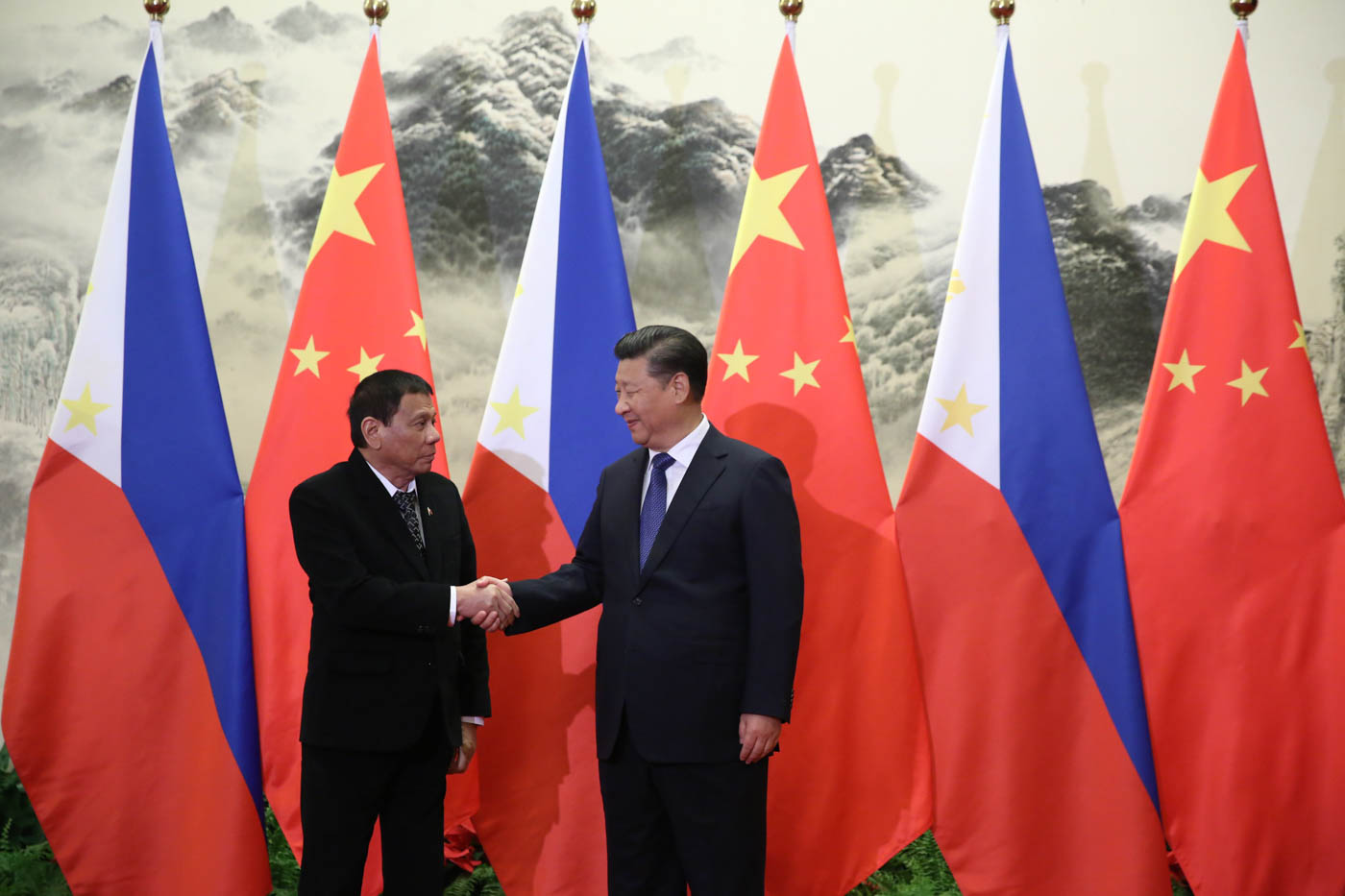 WARMER RELATIONS. Philippine President Rodrigo Duterte and Chinese President Xi Jinping shake hands prior to a meeting in Beijing on October 20, 2016. Malacau00f1ang file photo