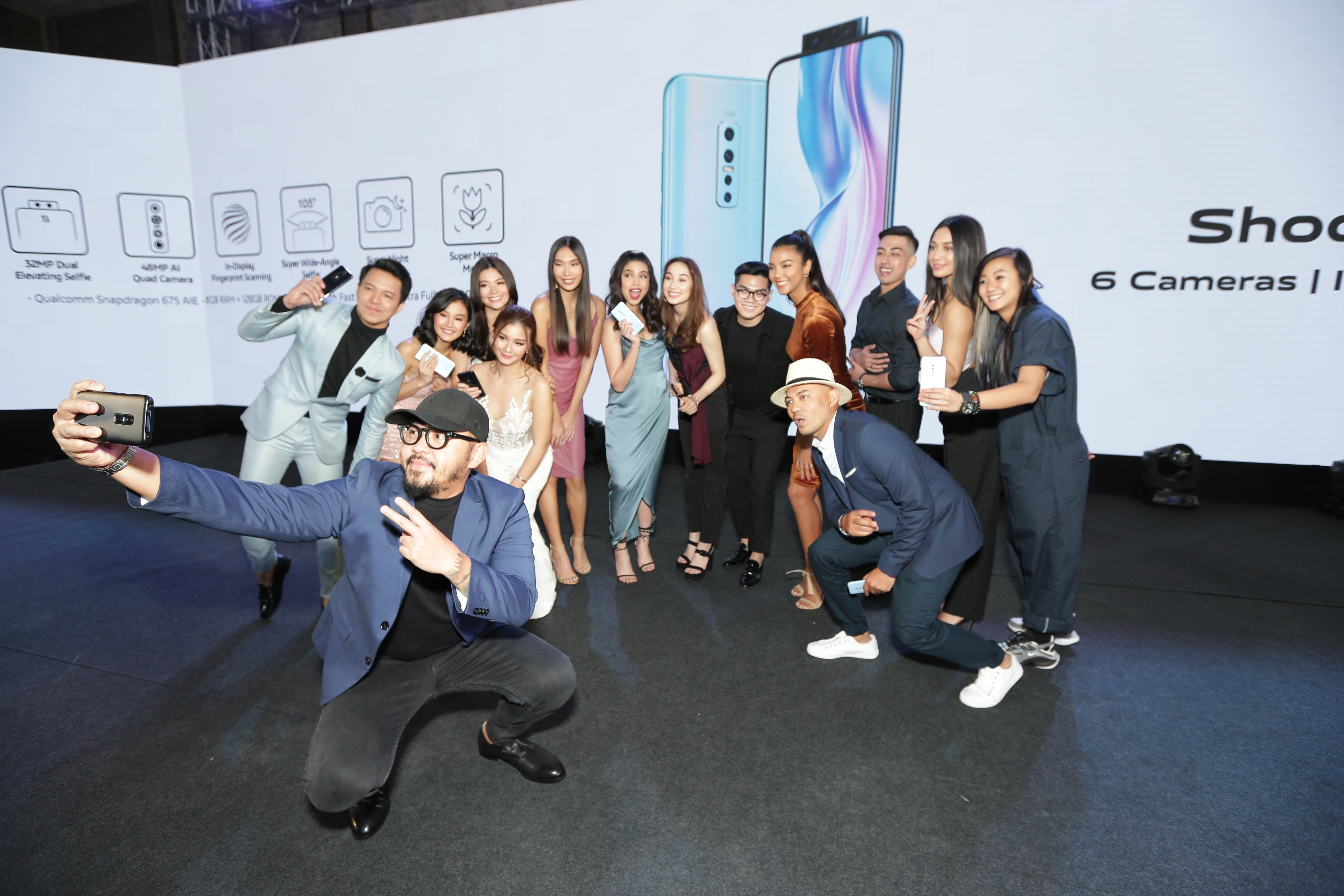 BEYOND SELFIES. Renowned photographer Xander Angeles uses the V17 Prou2019s dual elevating selfie camera to take a groufie shot with fellow Vivo brand ambassadors, including Maine Mendoza.
