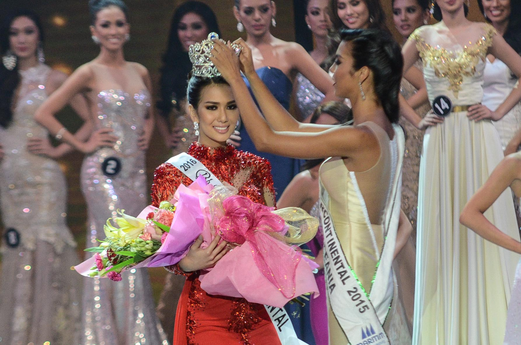Jennifer Hammond being crowned by last year's winner Christi Lynn McGarry. Photo by Alecs Ongcal/Rappler