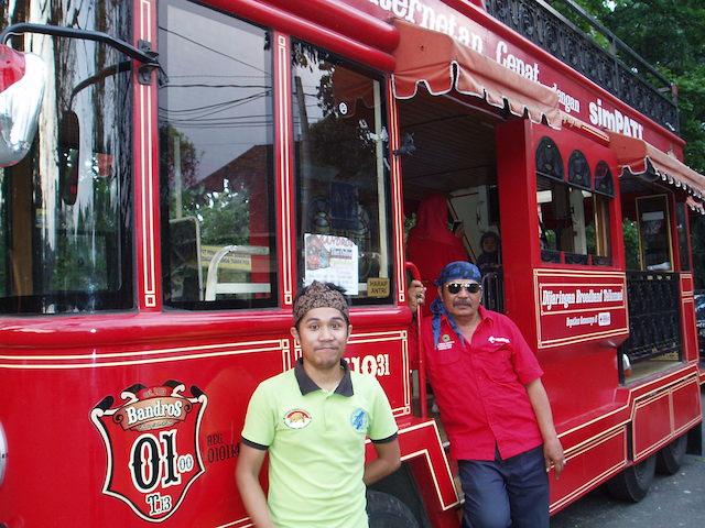 Sopir dan pemandu wisata Bandros berpose di depan bus. Foto oleh Yuli Saputra/Rappler