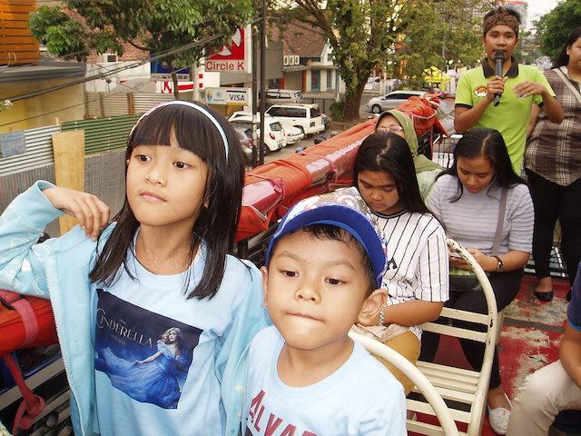 Dari anak-anak hingga orang dewasa menikmati naik Bandros di Bandung. Foto oleh Yuli Saputra/Rappler