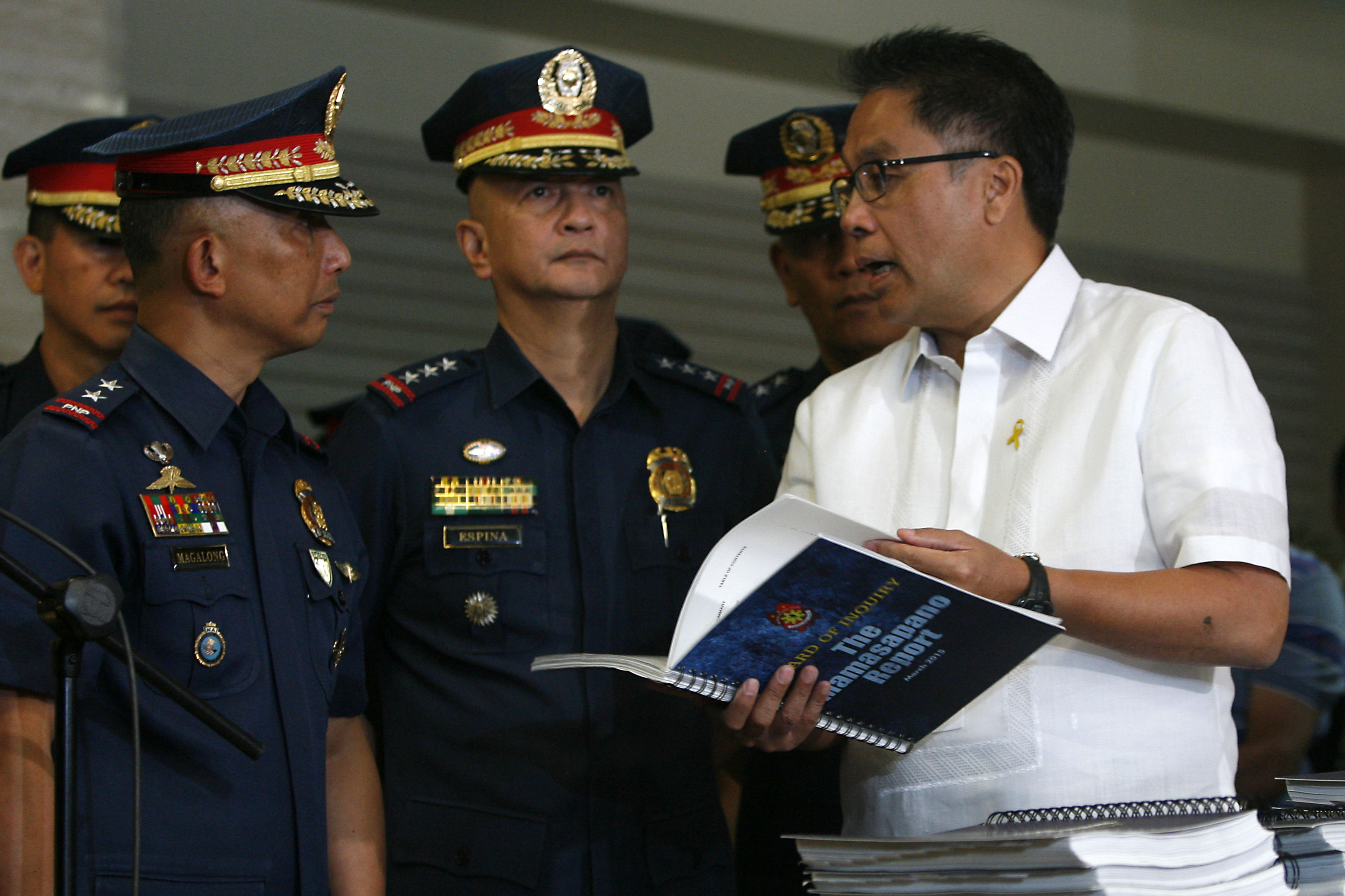 OUT OF THE LOOP. In this file photo, then Interior Secretary Mar Roxas receives the police Board of Inquiry report on Mamasapano. File photo by Ben Nabong/Rappler