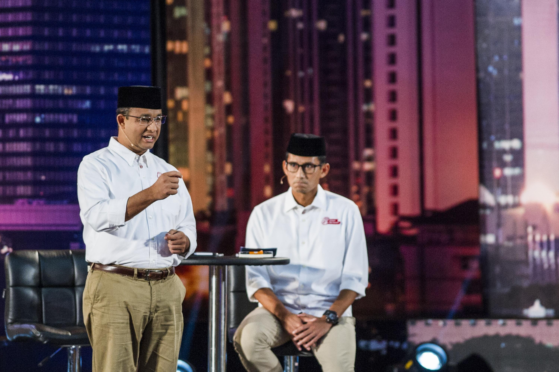 Pasangan cagub dan cawagub DKI Jakarta Anies Baswedan (kiri) bersama Sandiaga Uno (kanan) menyampaikan visi dan misinya saat debat di Hotel Bidakara, pada 13 Januari 2017. Foto oleh M Agung Rajasa/Antara