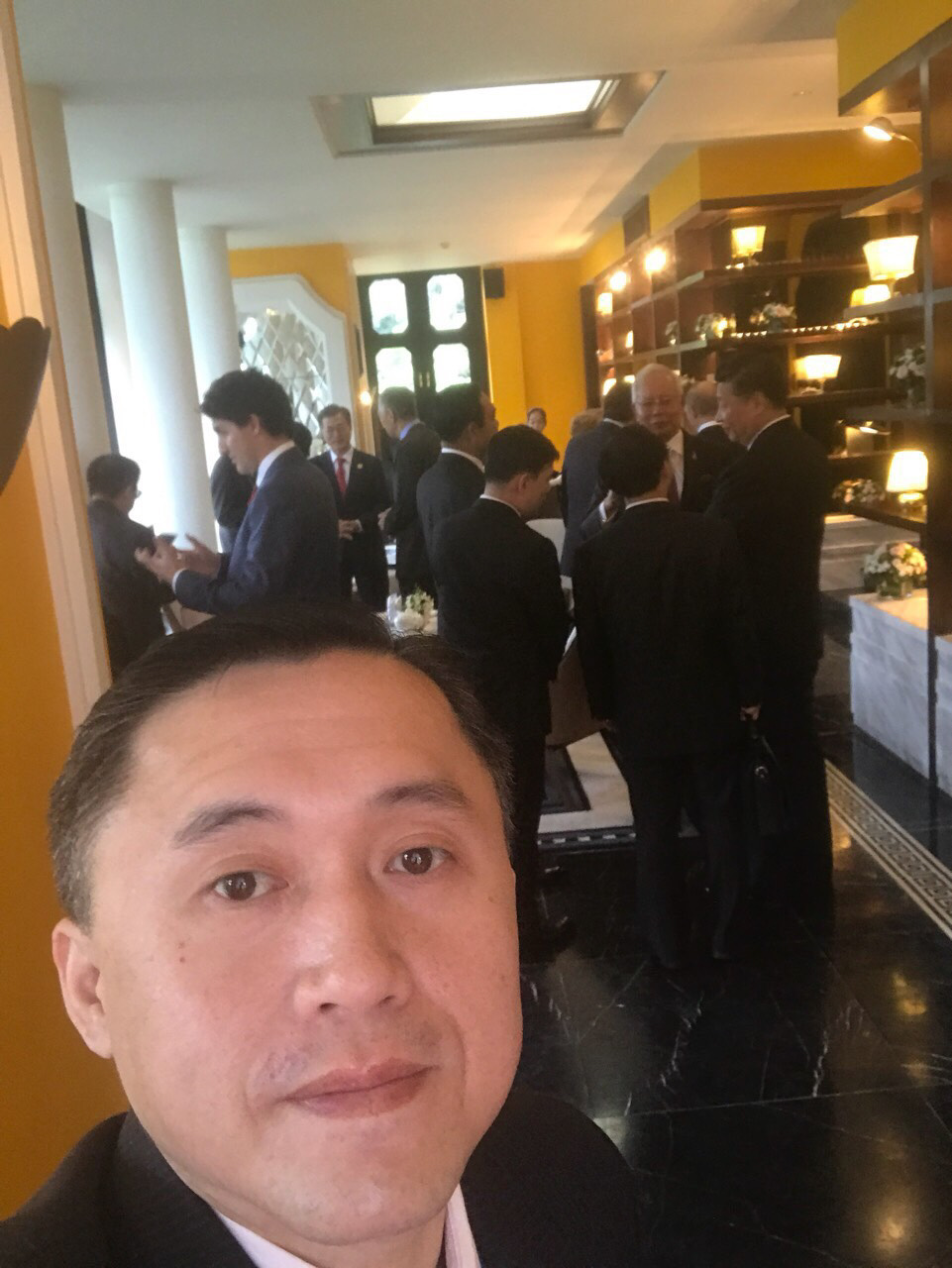 LUNCH WITH LEADERS. SAP Bong Go takes a selfie with Chinese President Xi Jinping, Canadian Prime Minister Justin Trudeau, and Malaysian Prime Minister Najib Razak behind him.
