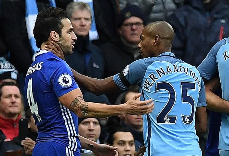 Suasana memanas saat Fernandinho tersulut emosi dan u0022mencekiku0022 geladang Chelsea Cesc Fabregas. Foto oleh Paul Ellis/AFP