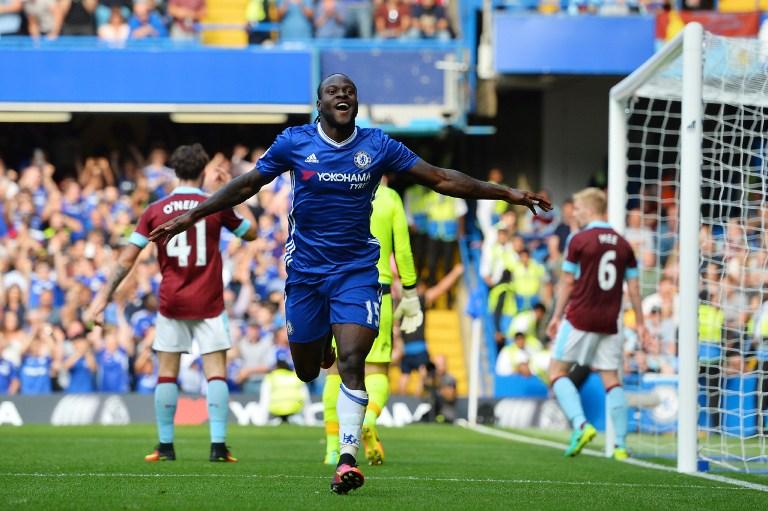 Gelandang asal Nigeria Victor Moses merayakan golnya ke gawang Burnley. Foto oleh Glyn Kirk/AFP