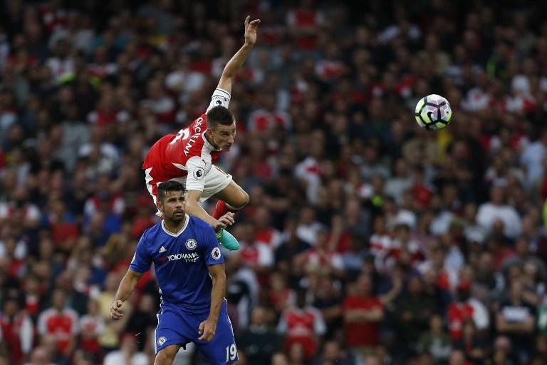 Bek Arsenal Laurent Koscielny beradu dengan penyerang Chelsea Diego Costa. Foto oleh Ian Kington/AFP